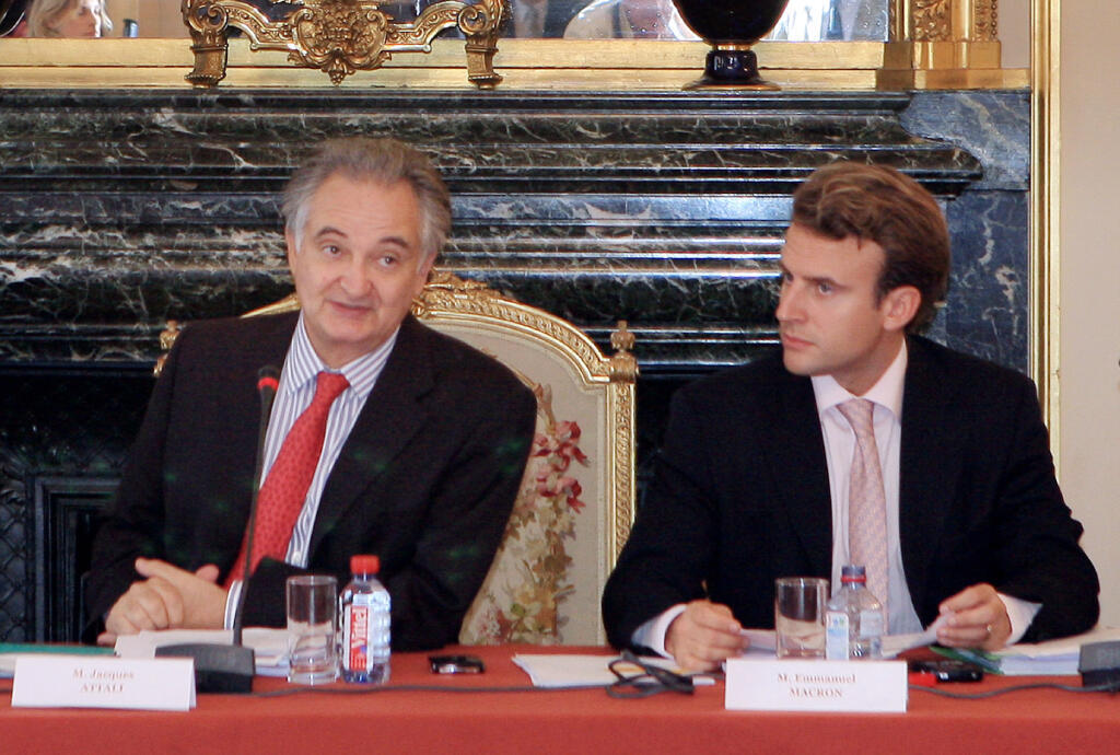 """رئيس اللجنة الفرنسية لـ""""تحرير النمو"""" جاك أتالي يترأس الاجتماع الأول للجنة إلى جانب مساعد مقرر اللجنة آنذاك إيمانويل ماكرون في مجلس الشيوخ بباريس عام 2007"""