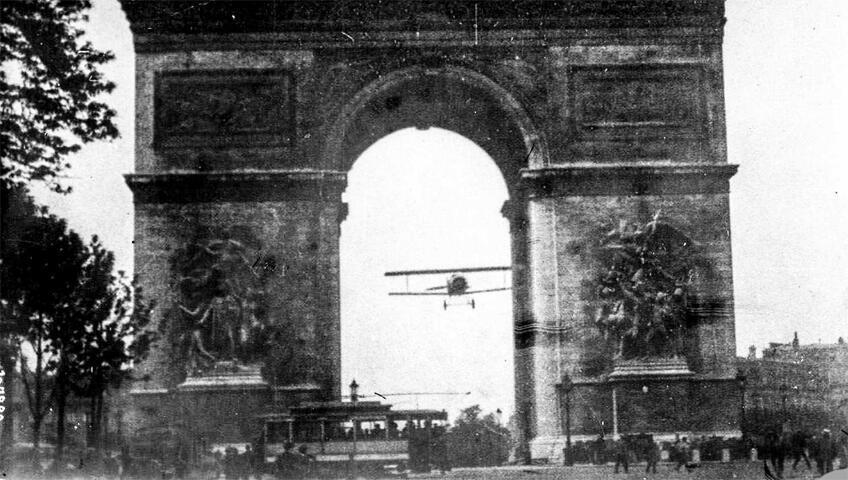 طائرة شارل غودفروا تمر للمرة الأولى تحت قوس النصر
