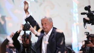 مانويل لوبيز أوبرادور يحيي أنصاره ومؤيديه