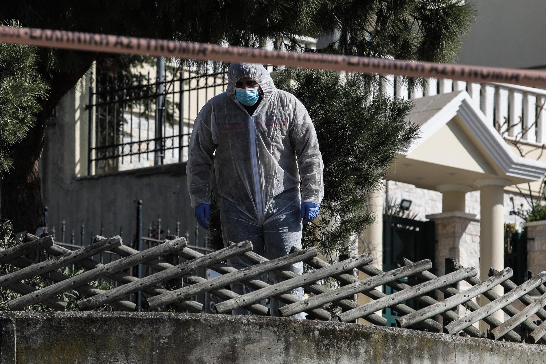 خبير من الشرطة اليونانية بالقرب من منزل الصحافي جورج كارايفاز، بعد أن قُتل بالرصاص في أثينا في 9 أبريل / نيسان 2021