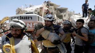 محاولة انقاذ طفلة ببعد غارات على سوق بادلب