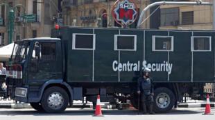 عناصر من شرطة مكافحة الشغب المصرية خارج محطة مترو السادات في ميدان التحرير في وسط القاهرة 13-05-2018