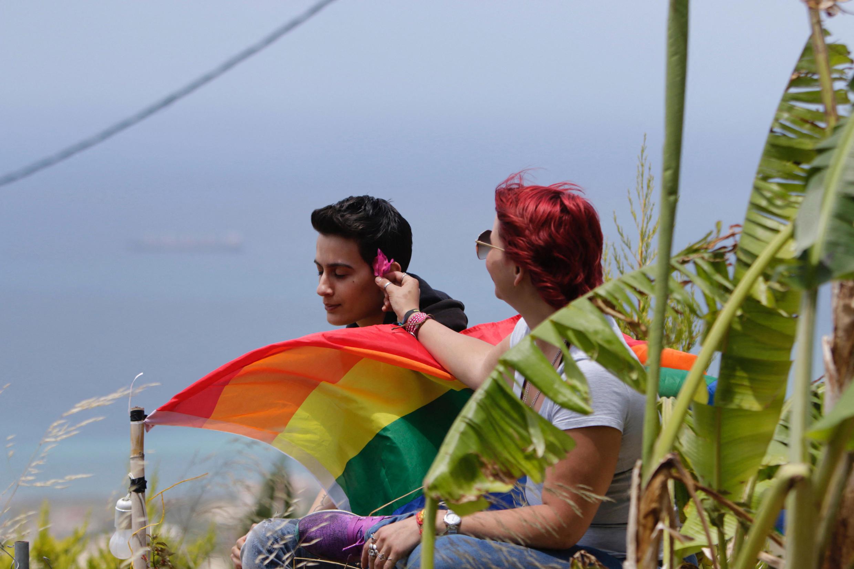 """أعضاء من مجتمع المثليين يحضرون نزهة في مدينة البترون الساحلية، شمال بيروت، في 21 مايو 2017، كجزء من """"أسبوع فخر بيروت"""" الذي يهدف إلى زيادة الوعي بحقوق المجتمع"""
