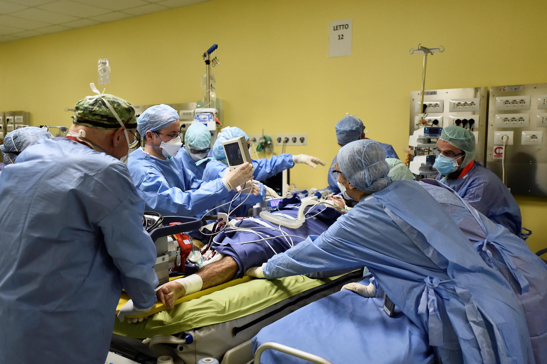 محاولة انقاذ مصاب بكورونا في أحد مستشفيات إيطاليا