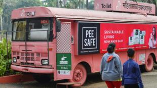 مرحاض متنقل على متن حافلة في حديقة عامة في مدينة بونه  الهندية