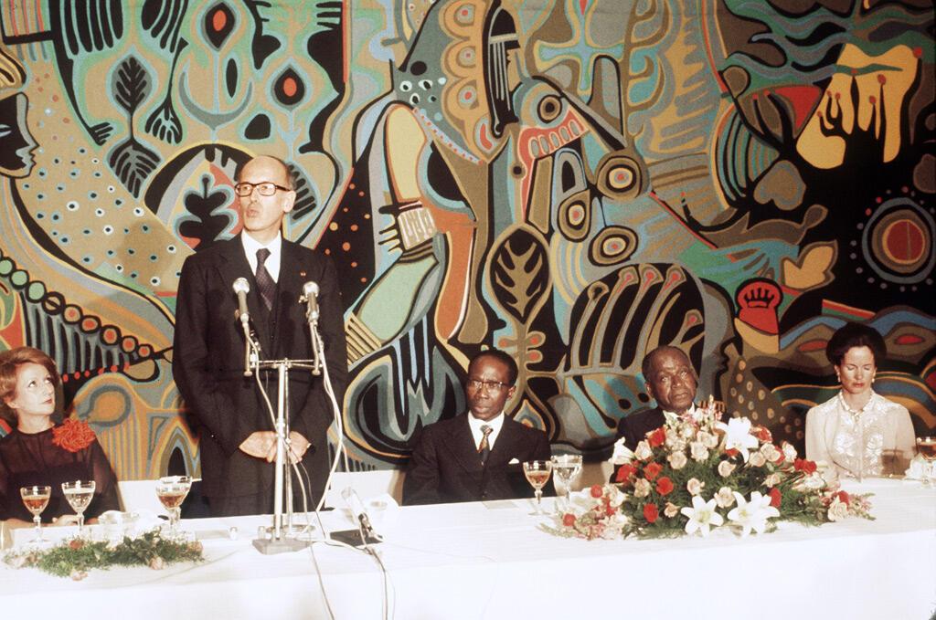 مع الرئيس الفرنسي الأسبق فاليري جيسكار ديستان خلال القمة الفرنسية الأفريقية التي عقدت في داكار في نيسان 1977