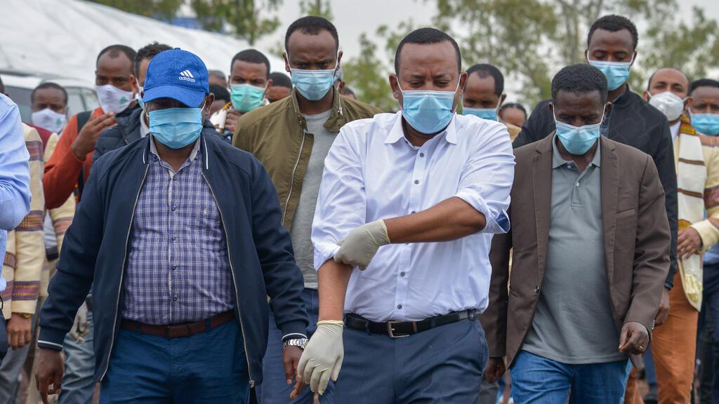 رئيس الوزراء الإثيوبي يساعد في زراعة الأشجار