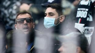 أحد مشجعي لاتسيو يرتدي قناع الوجه وسط قلق عقب تفشي فيروس كورونا في إيطاليا قبل المباراة  Massimo -Pinca