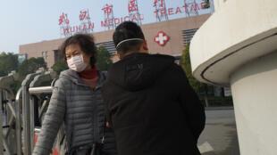 أمام مركز ووهان الصحي في الصين