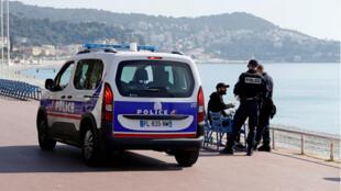دورية من الشرطة الفرنسية على شاطئ مدينة نيس، جنوب فرنسا، لمراقبة تطبيق الحجر الصحي المفروض في إطار مكافحة وباء كورونا
