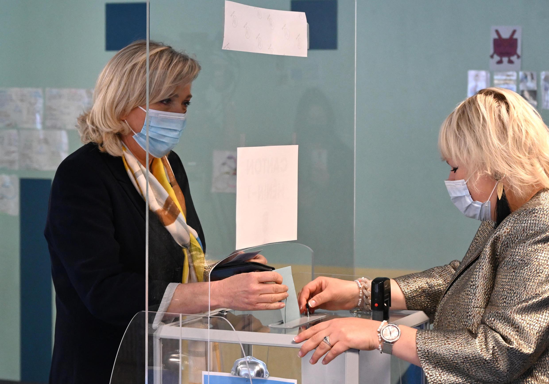 مارين لوبن تصوت في الانتخابات المحلية عام 2021