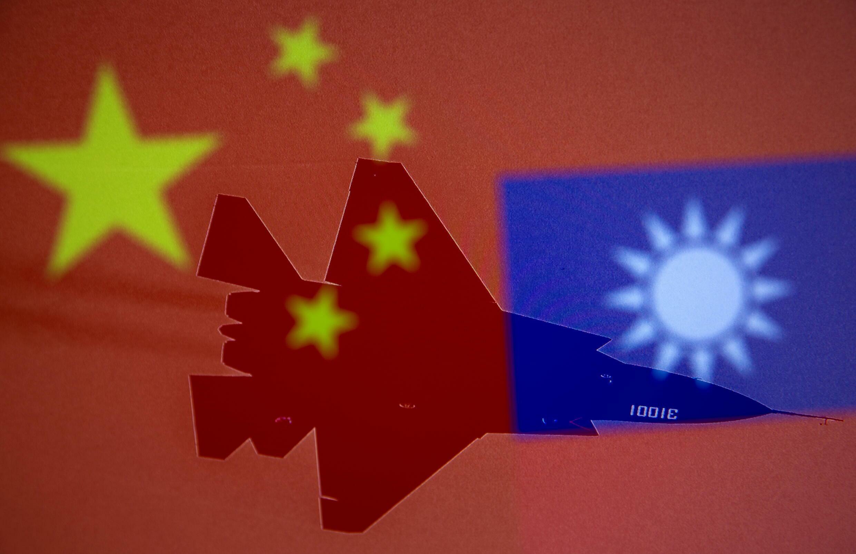 الأعلام الصينية والتايوانية والطائرات العسكرية في صورة توضيحية