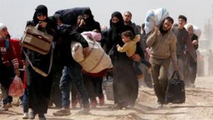 مدنيون يغادرون الغوطة الشرقية بسوريا يوم الخميس