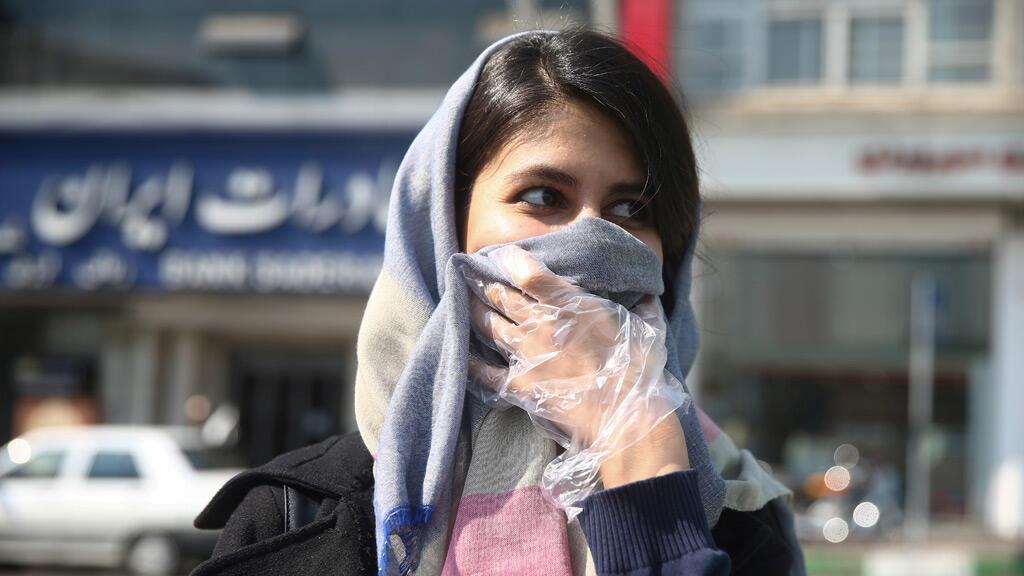 امرأة إيرانية ترتدي قناع الوجه الواقي ، بعد تفشي الفيروس التاجي ، وهي تمشي في طهران-