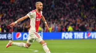النجم المغربي حكيم زياش ولاعب خط وسط فريق أياكس أمستردام