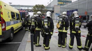 عناصر طواريء في مطار أورلي استعدادا لوقوع ضحايا