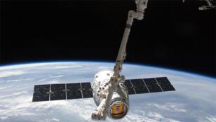 قمر اصطناعي في الفضاء