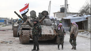 قوات تابعة للنظام السوري تنتشر بالقرب من طريق دمشق - حلب السريع يوم 10 فبراير/ شباط 2020