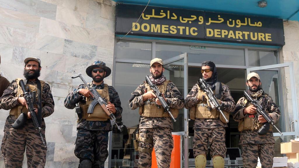 مقاتلون من حركة طالبان في مطار كابول