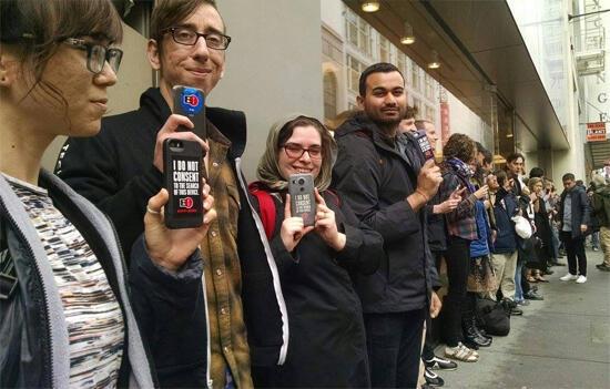 مواطنون أمريكيون في وقفة إحتجاج أمام متجر آبل في سان فرنسيسكو تضامنا مع رفض تيم كوك كسر تشفير جهاز آيفون5سي