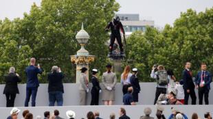 """""""رجل طائر"""" فوق الشانزليزيه خلال عرض العيد الوطني الفرنسي"""