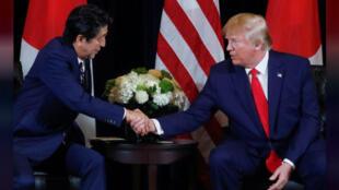 الرئيس الأمريكي دونالد ترامب يستقبل رئيس الوزراء الياباني شينزو آبي على هامش اجتماعات الجمعية العامة للأمم المتحدة في نيويورك يوم 25 سبتمبر أيلول 2019-