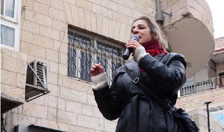 إيمان عون، المديرة الفنية وعضو مؤسس لمسرح عشتار، قبل العرض في رام الله، في 15 شباط 2104 / صورة جولي كوزينيه