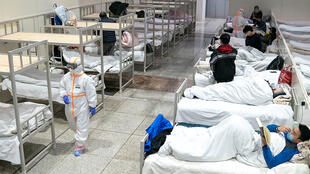 مصابون بفيروس كورونا في الصين بأحد المستشفيات