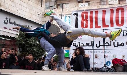مدرسة سيرك فلسطين (بيرزيت) شاركت بدورها في رام الله من أجل التوعية بقضية العنف ضد المرأة، 15 شباط / صورة جولي كوزينيه