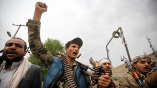 حوثيون يتظاهرون على إعلان الرئيس اليمني عبد ربه منصور هادي تمديد حالة الطوارئ في 11-05-2017