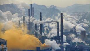 الدخان المتصاعد من معامل في الصين
