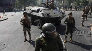 لأول مرة منذ عودة الديمقراطية في عام 1990 ، قام الجنود بدوريات يوم السبت في شوارع سانتياغو.