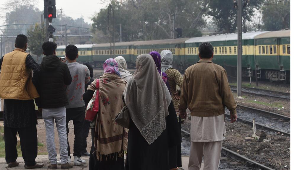 يشاهد الشعب الباكستاني قطار الذي يمتد بين نيودلهي والعطاري في الهند ولاهور في باكستان