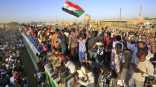 السودانيون يحتفلون بمرور عام على الثورة، مدينة عطبرة، السودان