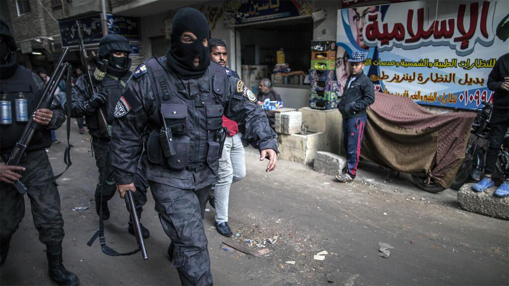 عناصر من الشرطة المصرية في حي الهرم في الجيزة 25 كانون الثاني/يناير 2016