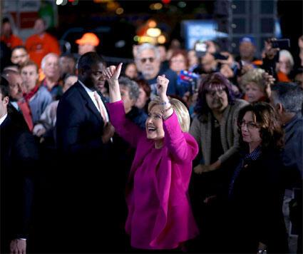 كلينتون ترد تحية مناصريها في أحد كازينوهات لاس فيغاس