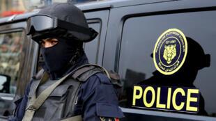 شرطي مصري يقف على أهبة الاستعداد في ميدان التحرير في القاهرة في 25 يناير