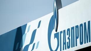 """صورة لشعار شركة الطاقة الروسية العملاقة """"غازبروم"""" في إحدى محطات الوقود التابعة لها في موسكو، في 16 أبريل 2021"""