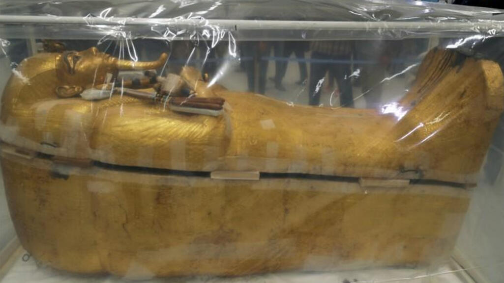 التابوت المذهب الخارجي للملك توت عنخ آمون في المتحف المصري الكبير بالجيزة في مصر