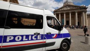 سيارة شرطة في باريس-