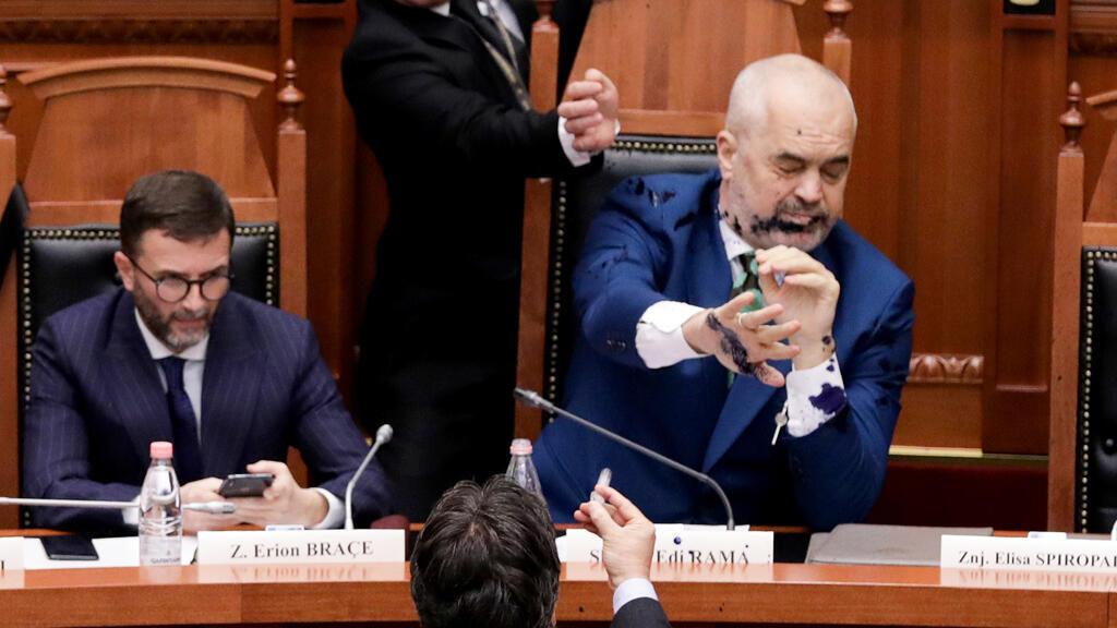 رئيس الوزراء الألباني إدي راما لحظة تعرضة سابقا للرش من نائب في البرلمان