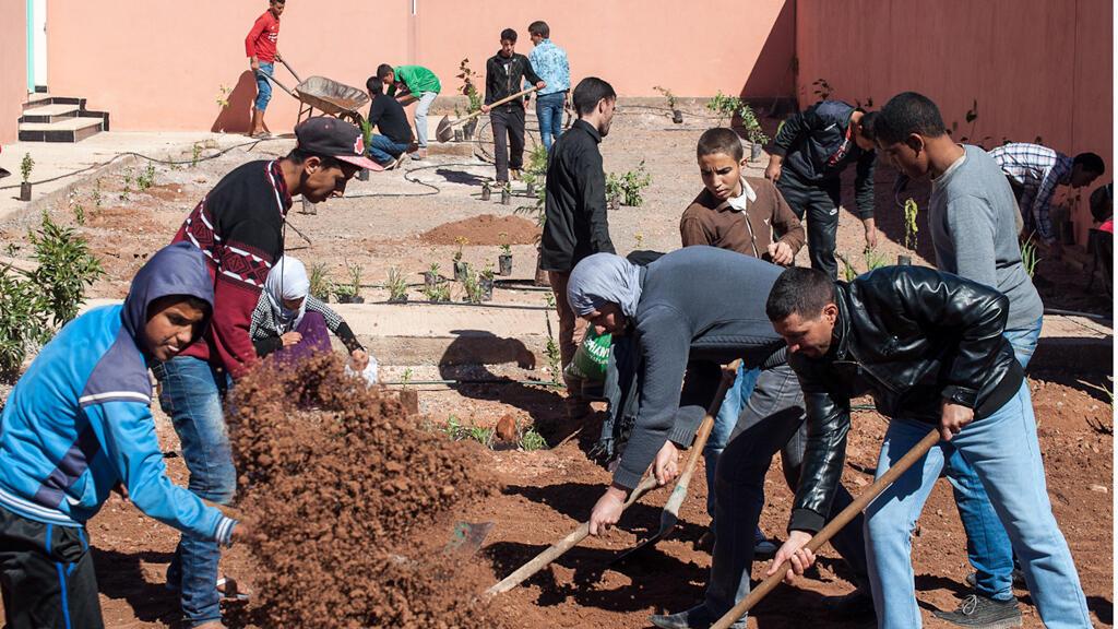 """أطفال من مدينة زاكورة المغربية تحرص جمعية """" الموجة"""" على  مساعدتهم على أن يكونوا طرفا فاعلا في حماية البيئة"""