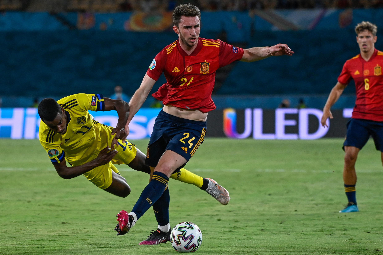 المهاجم السويدي ألكسندر إيزاك يواجه المدافع الإسباني إيمريك لابورت خلال مباراة كرة القدم في المجموعة الخامسة من بطولة أوروبا بين إسبانيا والسويد في إشبيلية، يوم الإثنين 14 يونيو 2021