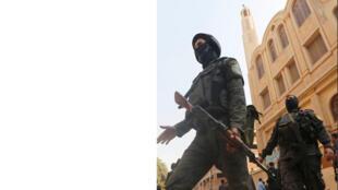 قوات الأمن أمام كنيسة مار مينا بحلوان في القاهرة