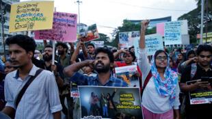 المتظاهرون يصرخون بشعارات خلال مسيرة احتجاجية لإظهار التضامن مع طلاب جامعة نيودلهي الماسية الإسلامية في كوتشي.-