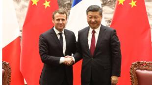 الرئيس الفرنسي إيمانويل ماكرون (يسار) والرئيس الصيني شي جين بينغ يصافحان خلال مؤتمر صحفي في بكين في 9 يناير 2018. الرئيس الصيني شي جين بينغ