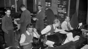 صحافيون يعملون في وكالة فرانس برس عام 1946 بعد سنتين على بث أول خبر أصدرته