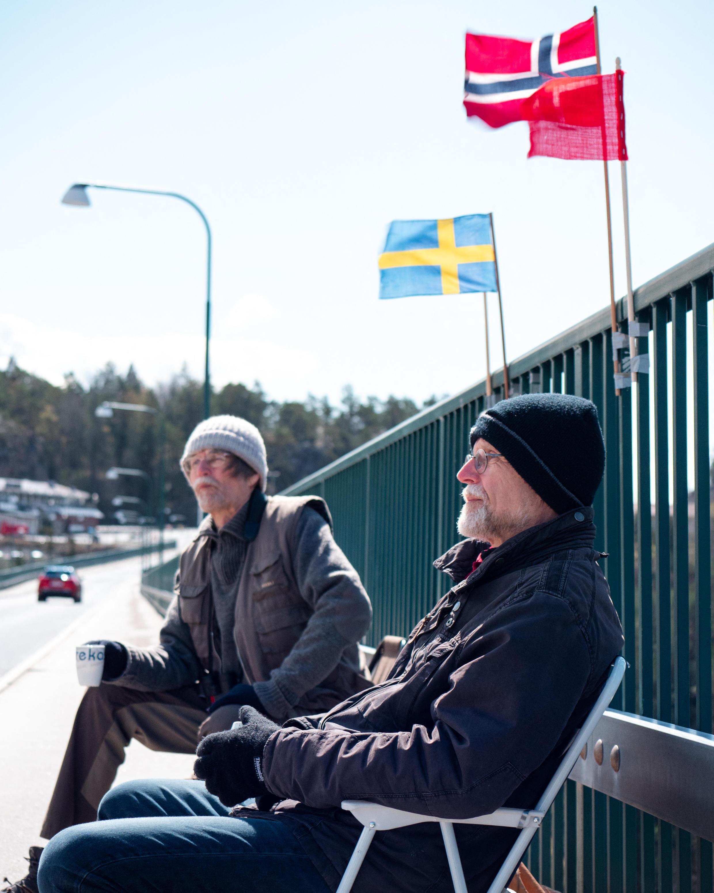 توأمين سويديين يجلسان على الحدود بين السويد والنرويج