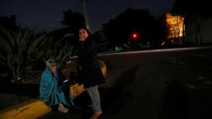 امرأتان مكسيتان تقفان بالشارع بعد الزلزال