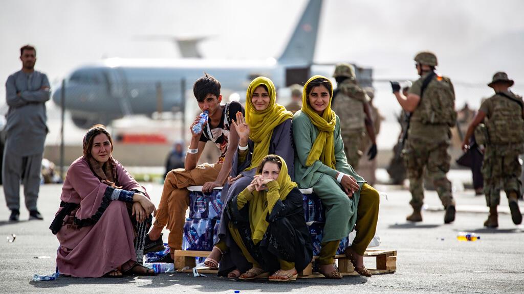 نساء في مطار العاصمة الأفغانية كابول